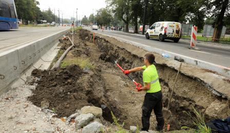 Prace ziemne w przebudowywanej alei św. Jana Pawła II