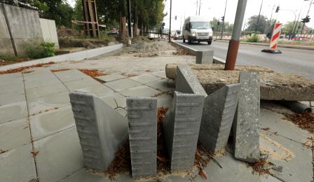 Trojkątne bloczki betonowe na budowie chodnika w alei św. Jana Pawła II