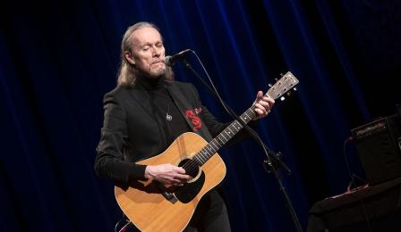 John Porter gra na gitarze i śpiewa na scenie CKK