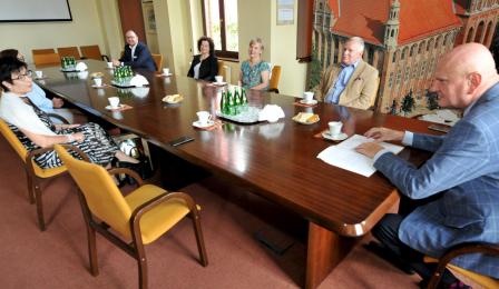 Uczestnicy spotkania przy stole konferencyjnym