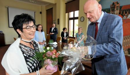 Prezydent Michał Zaleski wręcza pamiątkowego anioła Elżbiecie Łukasik