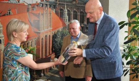 Anna Czarnecka odbiera pamiątkowego anioła z rąk prezydenta Torunia i jego zastępcy