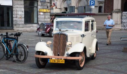 Na zdjęciu: zabytkowy samochód
