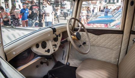 Na zdjęciu: wnętrze zabytkowego samochodu