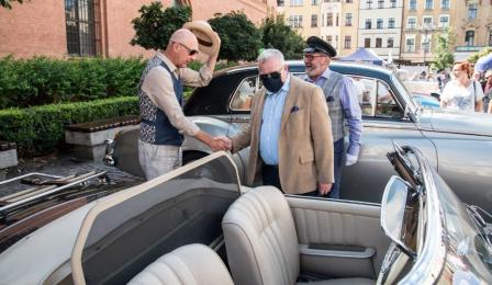Na zdjęciu: Zbigniew Fiderewicz i organizatorzy rajdu podziwiają samochody