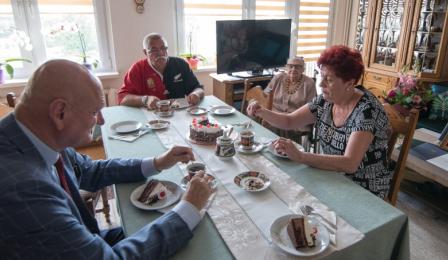 Na zdjęciu prezydent Michał Zaleski, stulatka i jej rodzina przy stole