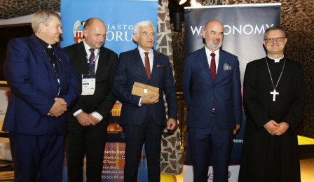 Do zdjęcia pozują uczestnicy panelu dyskusyjnego podczas Weconomy Forum