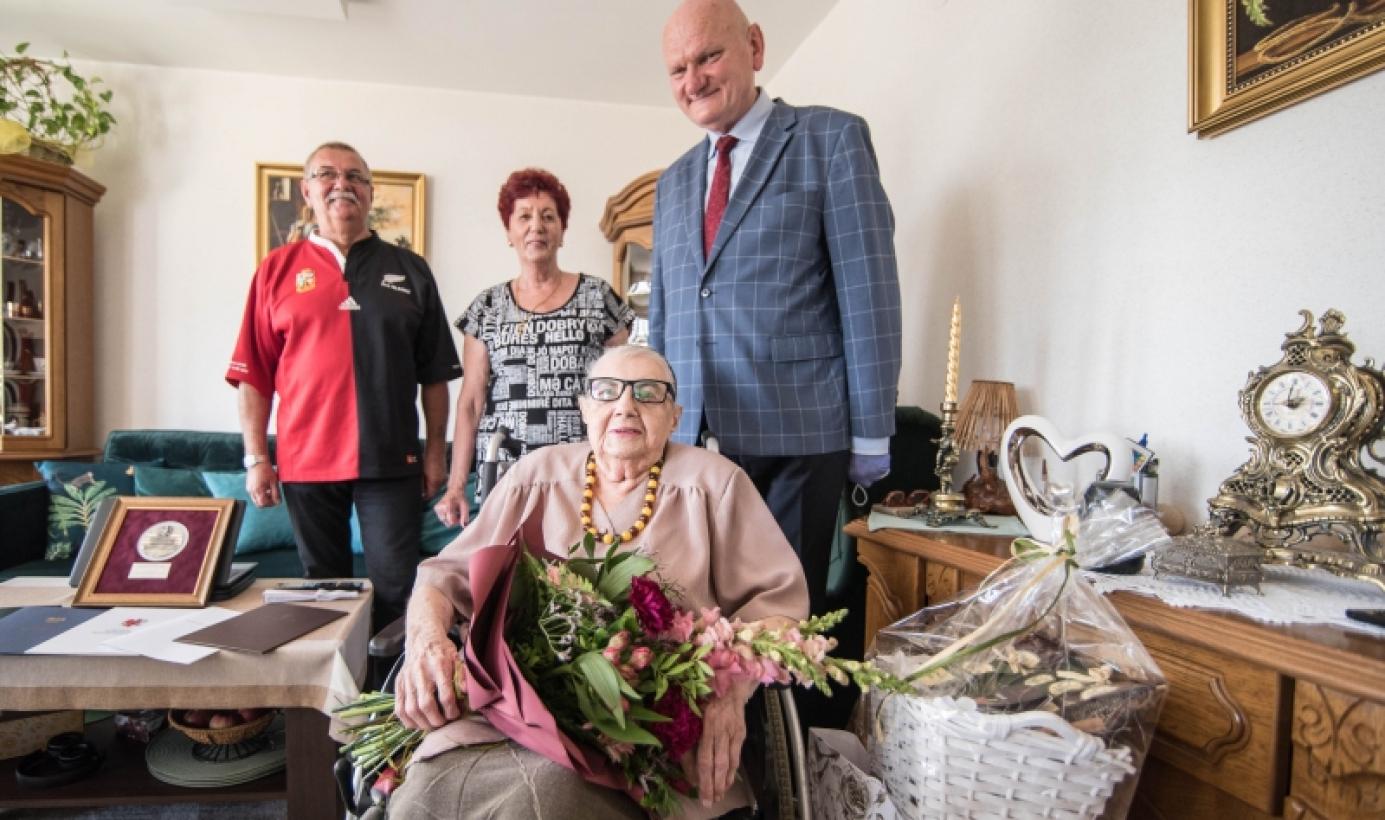 Na zdjęciu prezydent Michał Zaleski, Pani Irena Kazaniecka oraz jej rodzina